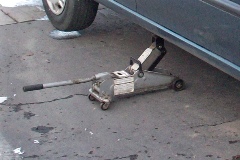 change a tire with floor jack