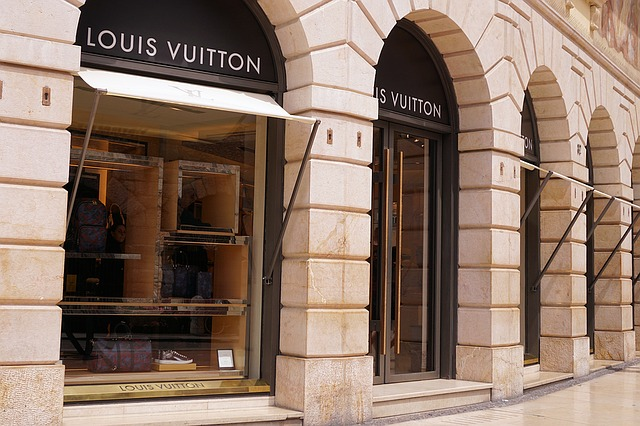 luxury shops where to spring clothing is available
